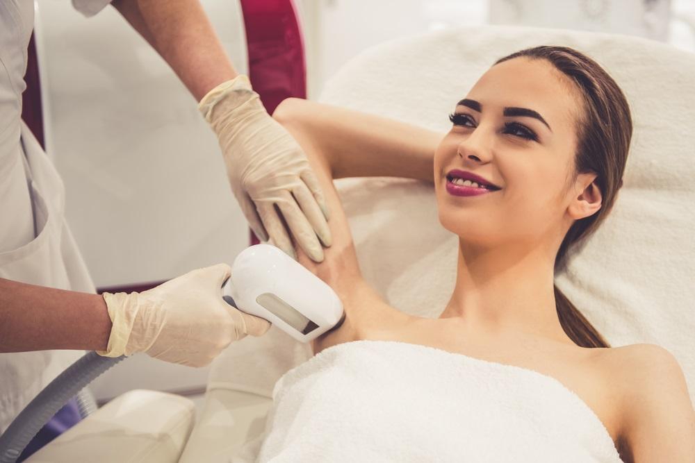脇の黒ずみを皮膚科で治療するメリット・デメリット